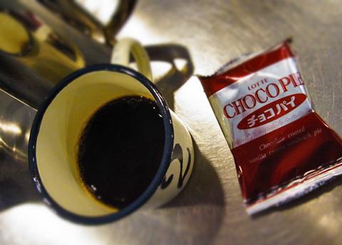 """さてグァテマラの""""こんにちは""""は何でしょう。果たしてこのチョコパイの裏に…。"""