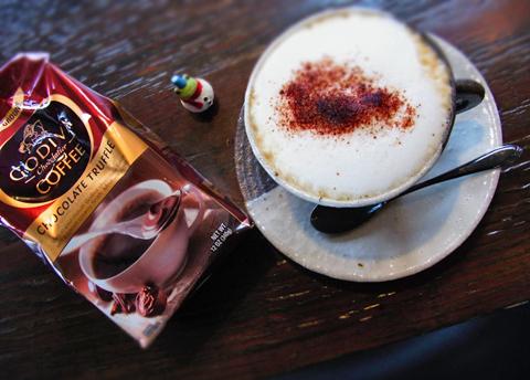 ゴディバのコーヒーにホイップミルク、そしてココアパウダーをのせて…