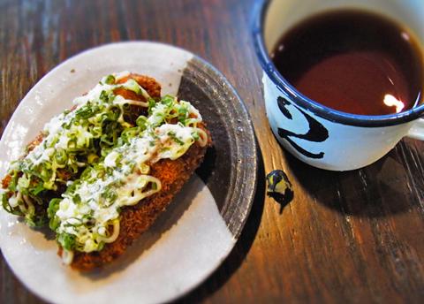 とんかつ丼(?)の相棒ならば珈琲!?でなく、麦茶でしょ…。