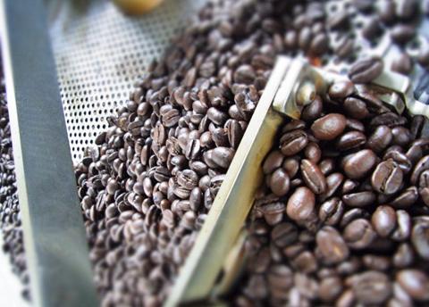 本日最後の焙煎で、テカッテカの珈琲豆が出来上がり。