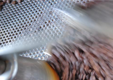 本日最初の焙煎は小ロットのタンザニア。1日の回りも早く感じます…。