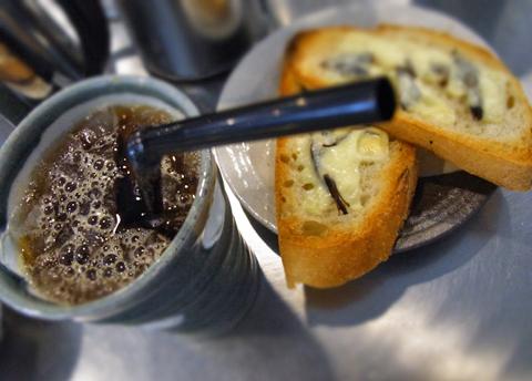 フランスパン+鹿の燻製=かたいかたいでちょっとアゴがおかしいかも(笑)…。