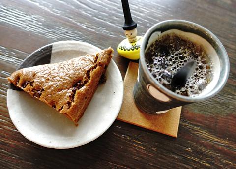 おやつどき。黒糖とあずきの蒸しパンが珈琲の相棒に登場です。