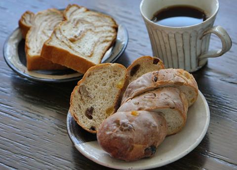 淑女はお母さんの手作りパンの相棒にブラジルの珈琲豆をお求めです。