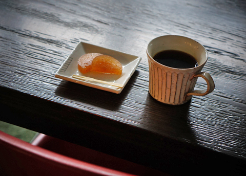 「珈琲のある休息。」に柿羊羹。北の小路はまだまだ解けそうもありません。。