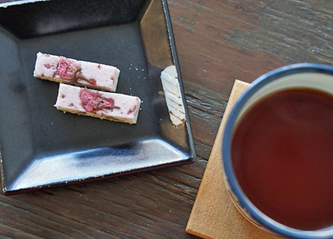 """「珈琲のあるおやつどき。」に、""""花より桜の干菓子""""でした(笑)…。"""